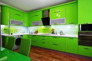 Яркая кухня посте покраски